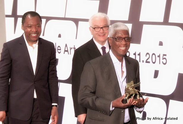 El Anatsui with the Golden Lion award (Behind him are La biennale curaro Okwui Enwezor and President of la Biennale di Venezia Paolo Baratta) Photo courtesy: Africa-Related
